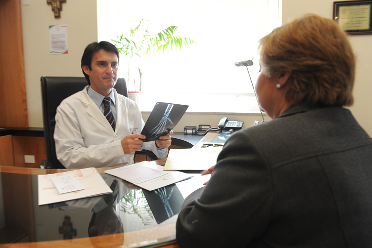 Médico y paciente en situación de consultorio