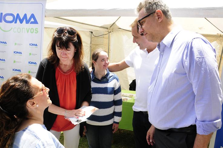 La vicepresidenta Gabriela Michetti junto al presidente de IOMA, Pablo Di Liscia, el intendente de La Plata, Julio Garro y dos representantes del área de Discapacidad de la obra social.
