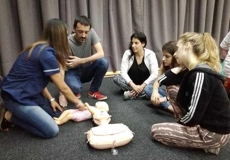 Práctica del público asistente con muñecos