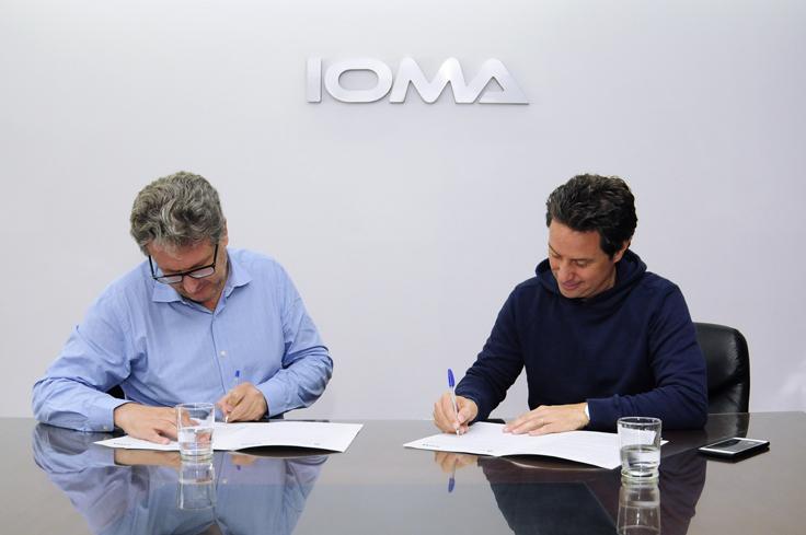 El presidente de IOMA Pablo Di Liscia en la firma del convenio junto al Director General de Cultura y Educación Gabriel Sánchez Zinny.