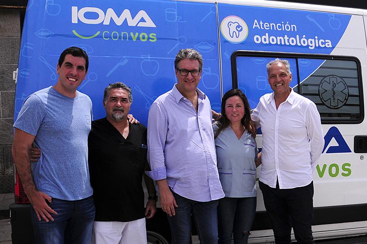 El equipo de IOMA junto al de FOPBA en el Consultorio Odontológico Móvil destinado a atender casos de urgencia.