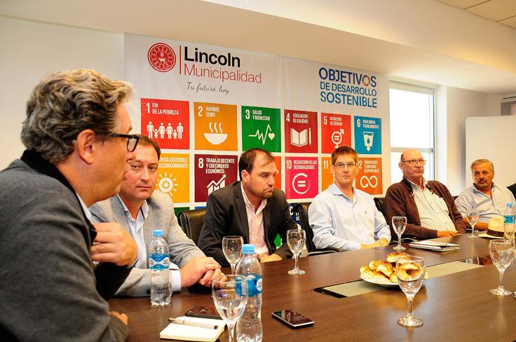 El Presidente de IOMA Pablo de Liscia junto intendentes de la zona