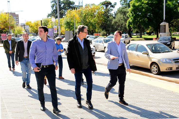 ElDirector General de Regiones, Demián Martínez Naya, junto al presidente Pablo Di Liscia y el intendente de LincolnSalvador Serenal, de recorrida por la localidad de Lincoln