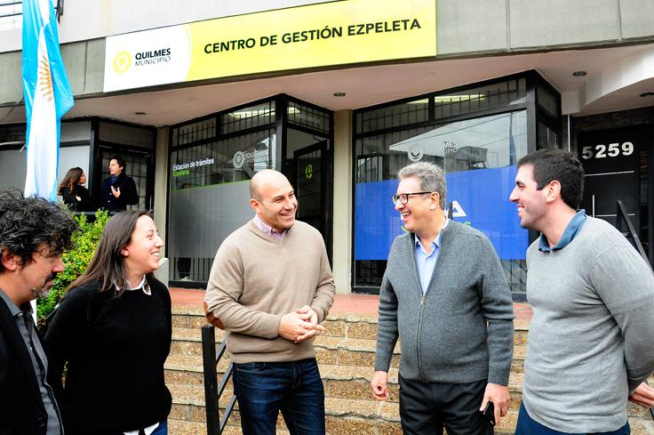 Empleados de Ezpeleta junto a Martiniano Molina, Pablo Di Liscia y Demián Martínez Naya